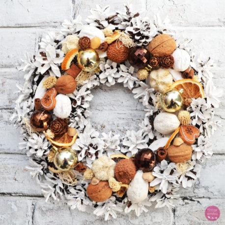 wianek świąteczny białe szyszki brąz