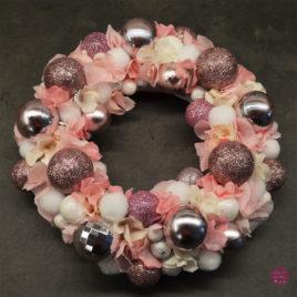 Wianek świąteczny z różowych bombek 2